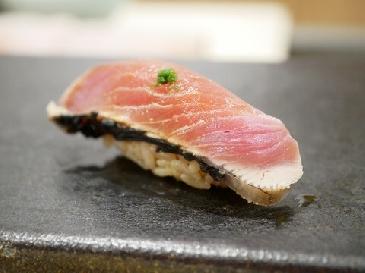 鰹の握り寿司の画像